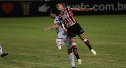 Os jogadores do Santa Cruz em lances do jogo contra o Confiança, pelas quartas de final da Copa do Nordeste 2020, no dia 25 de julho, no estádio Joia da Princesa, em Feira de Santana.