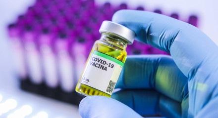 Foto ilustrativa de ampola da vacina contra a COVID-19 (novo coronavírus)