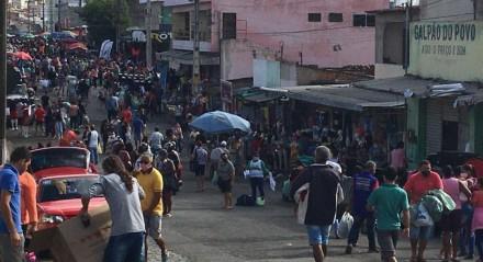 Feira da Sulanca, em Caruaru, funciona em meio à pandemia de covid, sem autorização do governo do Estado nem da prefeitura. Policiais alegam não ter condições de fiscalizar