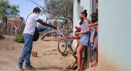 Professor tem levado atividade escolares para os 19 alunos da rede municipal da pequena comunidade do Sítio da Onça, em Tacaimbó, no Agreste de Pernambuco