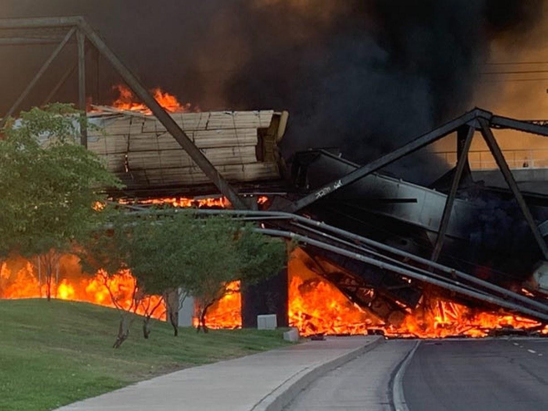 Trem de carga descarrila e pega fogo em ponte nos EUA; veja vídeo