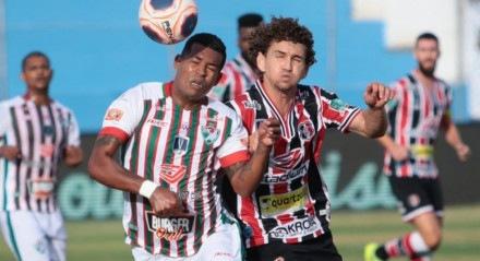 Fabiano, do Santa Cruz, disputa bola com jogador do Salgueiro