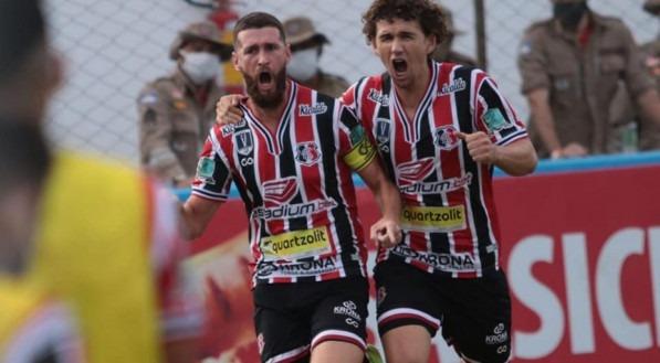 Danny Moraes e Fabiano comemoram o gol do Santa Cruz