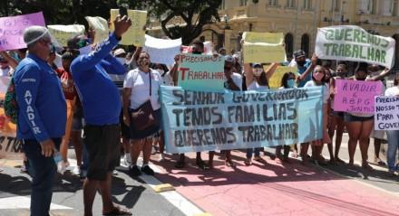 Comerciantes protestam nesta terça-feira (4) para voltar a trabalhar nas praias de Pernambuco