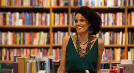 Clarice Fortunato é professora, Doutora em Literatura e no livro Da Vida nas Ruas ao Teto dos Livros conta sua história