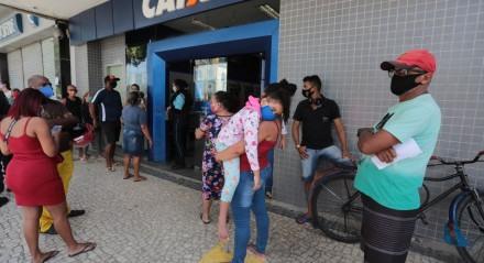 FOTO: BRUNO CAMPOS/JC IMAGEM DATA: 12.08.2020 ASSUNTO: Pagamento de auxílio emergencial gera fila em agências da Caixa em Jaboatão.