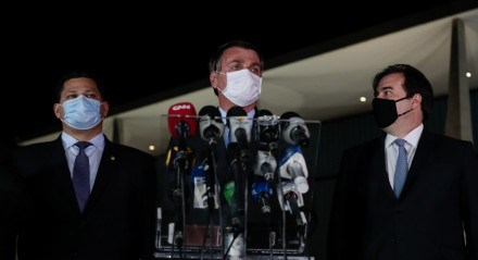 Jair Bolsonaro acompanhado do Presidente da Câmara dos Deputados, Rodrigo Maia, do Presidente do Senado Federal, Davi Alcolumbre
