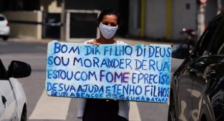 PERSONAGE: Patricia da Silva, 32 anos. Pedidos de ajuda com placas em sinais do Recife são visto com mais frequência em tempos de pandemia.