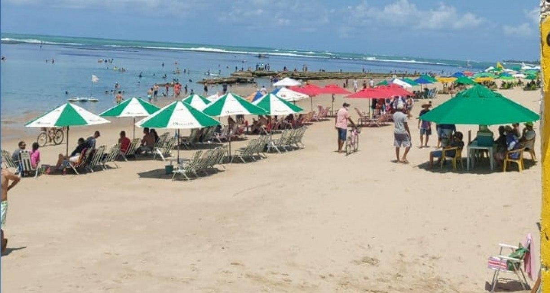 Mesmo com proibição, barraqueiros montam estruturas na Praia de Porto de Galinhas