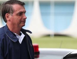 Presidente Jair Bolsonaro cumprimenta populares  no Palácio da Alvorada
