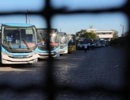 Rodoviários da empresa Vera Cruz realizam um protesto na manhã desta terça-feira (25)