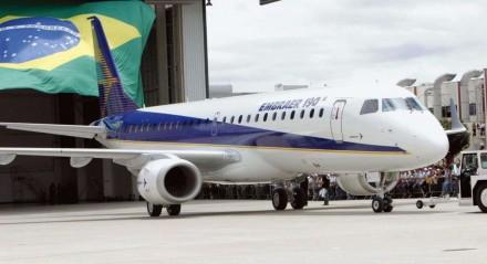 Após demissões, funcionários da Embraer entram em greve