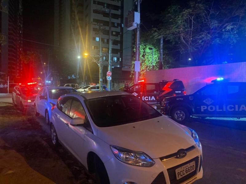 Sete viaturas da Polícia Militar foram enviadas ao local para conter o tiroteio