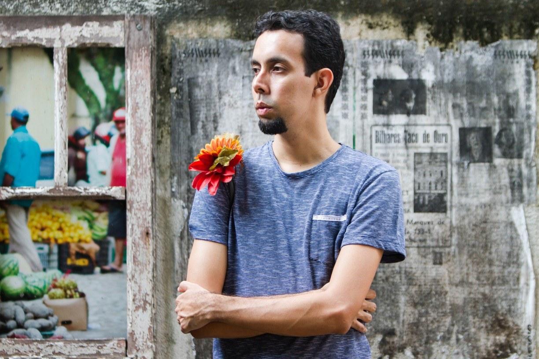 Oliveira lança videoclipe em preto e branco para música 'Cidad', retrato de beleza e caos do Recife
