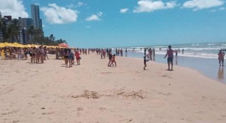 Com o feriado de 7 de Setembro muita gente decidiu curtir a folga na praia de Boa Viagem, na Zona Sul do Recife