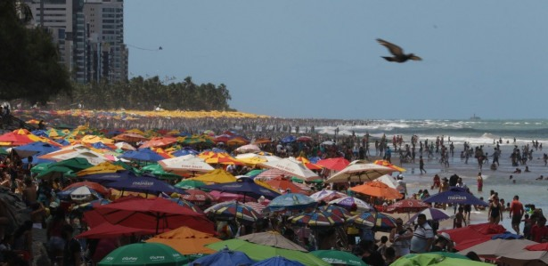 Em dia de muito sol, o feriadão de Sete de Setembro, lota a Praia de Boa Viagem de banhistas.