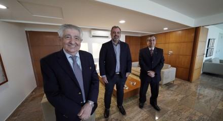 Alberto Ferreira da Costa, provedor do Hospital Português, e os vice-provedores Alberto Ferreira da Costa Junior e Joaquim Amorim