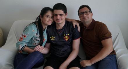 Gabriel Freire (C) e família. Aos 23 anos, ele se recupera de um AVC, após internamento no Hospital Português
