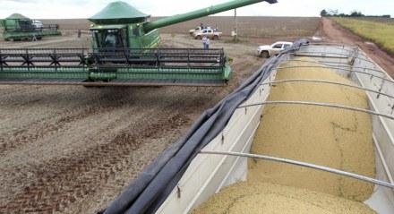 Caminhão carregado com soja após colheita em Primavera do Leste (MT)  29/01/2013 REUTERS/Paulo Whitaker