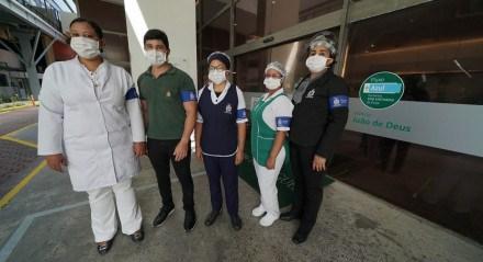 Equipe com EPIs em área do Hospital Português sinalizada como Fluxo Azul