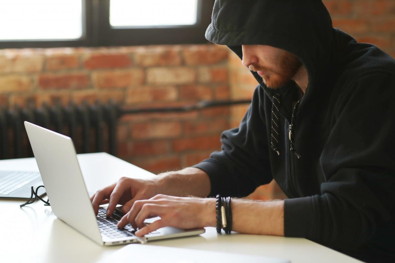 Compartilhar mentiras na internet pode ser crime: saiba quando