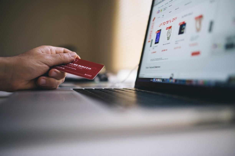 Pandemia afetou a Black Friday 2020. Varejo físico caiu 25% e compras online aumentaram 21%
