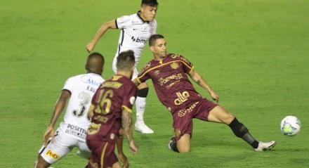 Lance do jogo entre os times do Sport e do Corinthians, válido pela décima segunda rodada do campeonato brasileiro de futebol da série A. Partida realizada no estádio da Ilha do Retiro em Recife.