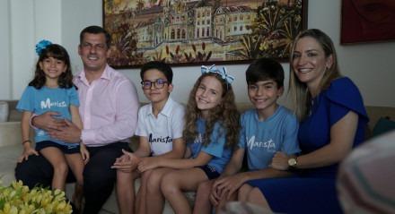 Maria Carolina, o marido e os filhos, que estudam no Colégio Marista São Luís