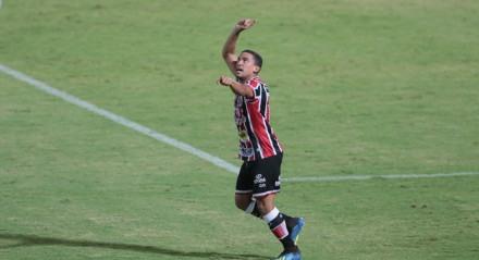Terceiro gol do santa Cruz de Toty no jogo entre os times do Santa Cruz e do Jacuipense, válido pela oitava rodada do campeonato brasileiro de futebol da série C. Partida realizada no estádio do Arruda em Recife.