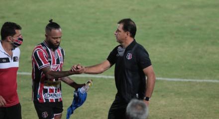 Lances do jogo entre os times do Santa Cruz e do Jacuipense, válido pela oitava rodada do campeonato brasileiro de futebol da série C. Partida realizada no estádio do Arruda em Recife.