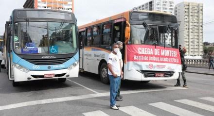 Rodoviários bloqueiam o trânsito na Avenida Guararapes, Centro do Recife. Protesto / Motoristas / Ônibus / Trânsito