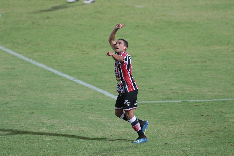 Único pernambucano do time titular do Santa Cruz, Toty revela pressão familiar por acesso