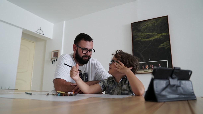 Suspensão de aulas impôs aos pais desafio de alfabetizar crianças em casa