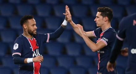 Neymar comemora um dos gols com Draxler
