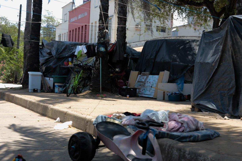 Instalação de novos barracos forma cenário de desalento no Mercado da Encruzilhada, no Recife
