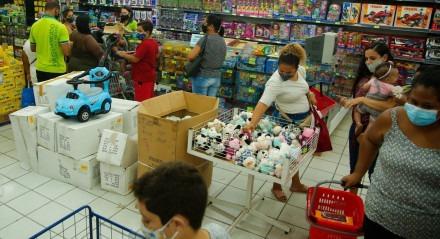 Palavras-chave: Criança - Comércio - Compras - Brinquedo - Loja - Shopping ## Personagens: