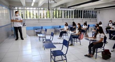 Volta às aulas nos colégios Fazer Crescer e Santa Maria, no Recife