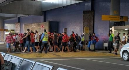 Cerca de 50 torcedores foram ao Aeroporto Internacional dos Guararapes protestar no desembarque da delegação do Náutico