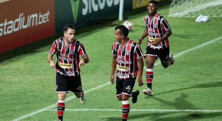 Pipico marca os dois gols da vitória do Santa Cruz diante do Paysandu