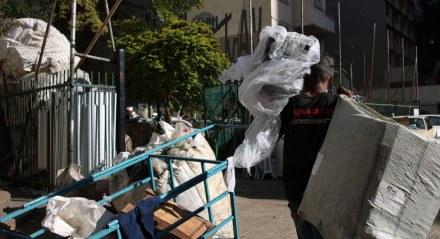 São Paulo - Catadores coletam material para reciclagem na Avenida Nove de Julho, região central.