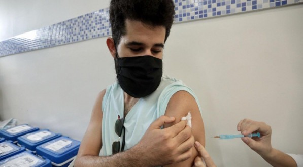 O engenheiro Carlos Costa vacinou nesta sexta-feira na Policlínica Lessa de Andrade