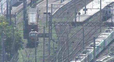 O veículo fazia uma vistoria na rede ferroviária próxima à favela do Jacarezinho, na zona norte do Rio, quando cerca de dez criminosos acessaram a linha férrea e tomaram a composição