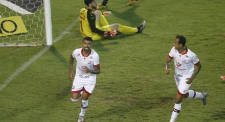 Kieza marcou o gol da vitória do Náutico contra o Oeste