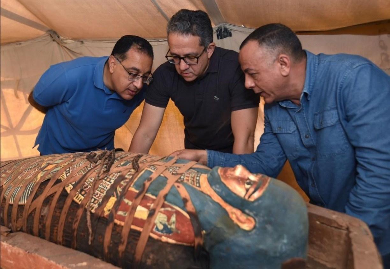 Arqueólogos descobrem mais de 80 sarcófagos em antigo cemitério do Egito