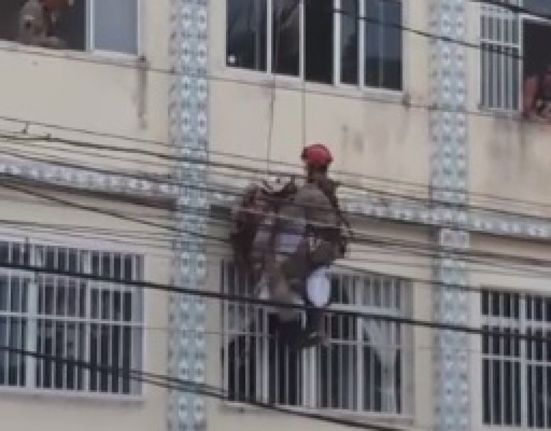 Corpo de Bombeiros impede tentativa de suicídio, em Bairro Novo, Olinda