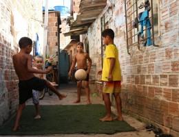 Bairro do Arruda, próximo ao Estádio e bem ao lado do canal. Enquanto parques nas áreas nobres do Recife tem manutenção adequado, espaços de lazer para todas as idades, segurança e arborização, entre outros, na periferia da cidade, quase não há parques ou espaços públicos para o lazer de crianças, jovens, adultos e crianças. O que há disponível encontrá-se sem um cuidado adequado.