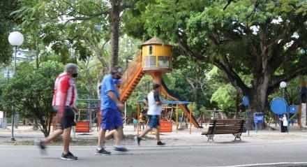 Parque da Jaqueira. Enquanto parques nas áreas nobres do Recife tem manutenção adequado, espaços de lazer para todas as idades, segurança e arborização, entre outros, na periferia da cidade, quase não há parques ou espaços públicos para o lazer de crianças, jovens, adultos e crianças. O que há disponível encontrá-se sem um cuidado adequado.