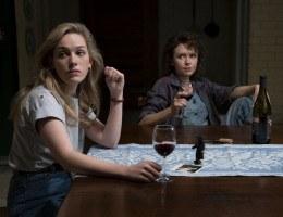 MEDO E AFETO Em meio às aparições fantasmagóricas, Dani (Victoria Pedretti) passa por processo de autodescoberta com o auxílio de Jamie (Amelia Eve)