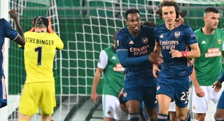 David Luiz marcou um dos gols da vitória do Arsenal, na estreia da Liga Europa