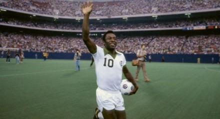 Pelé em jogo de despedida do Cosmos, em 1977, com estádio lotado.